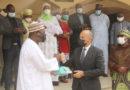 SANTÉ: Don de 6000 surblouses de l'Ambassade de France en appui à la riposte contre la COVID-19 au Niger