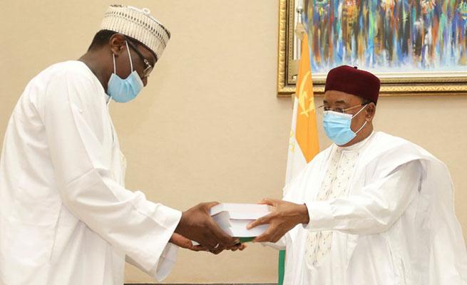 CULTURE : L'écrivain Aboubakari Kio Koudizé a remis au Président de la République une collection en quatre tomes sur la chronologie politique du Niger de 1850 à 2019