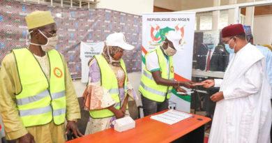 ELECTIONS : Le Président Issoufou a retiré sa carte d'électeur et invité les candidats à une campagne électorale paisible