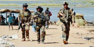 une-patrouille-francaise-sur-les-bords-du-niger-dans-la-ville-de-gao